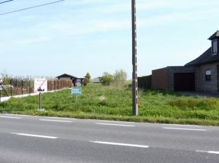 Dit perceel bouwland heeft een oppervlakte van 7a57ca en is gelegen aan de Edingsesteenweg te Moerbeke. De grond heeft een straatbreedte van 17 meter
