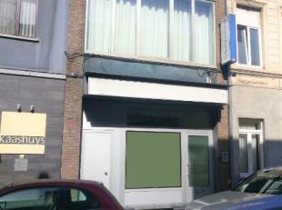 Deze handelsruimte bevindt zich in het centrum van Gent nabij winkels en op een steenworp van de Overpoortstraat. Het pand heeft een oppervlakte van 5