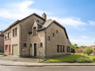 De mooie half open bebouwing werd gebouwd in 1986 en is steeds zeer goed onderhouden. De indeling van de woning is als volgt: inkomhal met apart toile