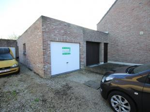 Garage met kantelpoort. Diepte van de garage bedraagt 7,5 meter.Oprit voor de garage is 6 meter lang.