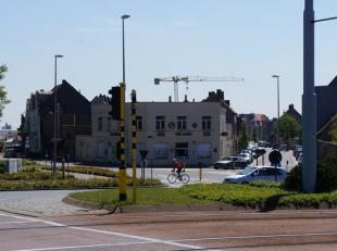 Hoekgebouw gelegen op topligging te Nieuwpoort-Stad aan de kaai en het sluizencomplex. Geschikt voor nieuwbouwpromotie. Oppervlakte: 390m² Mogeli