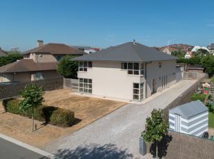 Recente villa met 4 slaapkamers op 979m² gelegen vlakbij zee te Groenendijk-Oostduinkerke. Deze woning omvat: Inkom met apart toilet en vestiaire