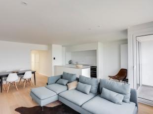 Compleet vernieuwd doorloop-appartement met frontaal zeezicht gelegen op de vernieuwde zeedijk. Indeling: grote woonkamer met brede leefruimte (6,3 me
