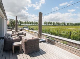 Recente instapklare villa met alle luxe en moderne comfort gelegen op 1150m² grenzend aan agrarisch gebied te Oostduinkerke. Indeling: Inkom met
