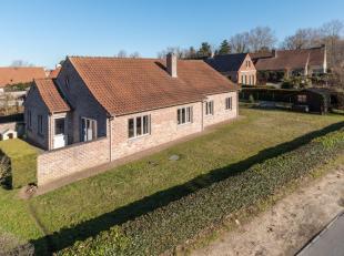 Op een grondoppervlakte van maar liefst 1010m² vinden we deze ruime villa met 4 slaapkamers te koop.<br /> Deze villa werd gebouwd in 1994 met kw