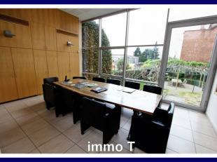 A VENDRE : SURFACE DE BUREAUXDans petit immeuble fonctionnel, surfaces de bureaux sur deux demi-niveaux, avec jardin. Salle de réunion, bureaux