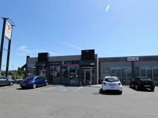 COMMERCIELERUIMTE van 100m² in een retailpark van 5400m², zeer goed gelegen in een zone met veel passage, halverwege tussen Namen en Huy. Ge