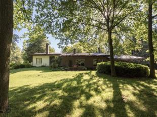 Modernistische woning uit 1969 in Bornem op een Zuid-West perceel van 5930 m2.  Deze unieke eigendom is rustig gelegen in het groen met een gemakkelij