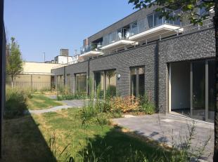 Mooi nieuwbouw gelijkvloers hoekappartement met aparte inkom (nr 68) en open keuken en ruime living te huur.<br /> Zeer goed gelegen aan de rand van d