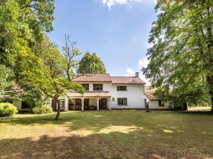 Verscholen tussen de weides en de bossen, vinden we dit romantisch landhuis met een bewoonbare oppervlakte van 247,27 m2 terug.  De eigendom en het pa