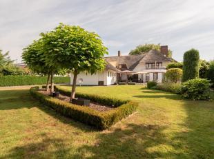 Deze voormalige tweewoonst is gestript en volledig vernieuwd in 1993 tot één grote luxueuze villa op een Zuid-West gericht terrein van 1