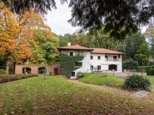 Ontdek dit prachtig authentieke landhuis met buitenlands karakter, uniek gelegen in de bossen van Sint-Niklaas en omringd door een privatief park van