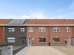 De woning bestaat op het gelijkvloers uit een inkom, woonkamer bestaande uit zithoek en eetplaats, keuken, berging/wasplaats en toilet.<br /> De woonk