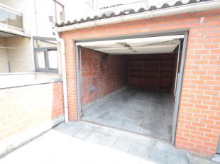 Deze garage is gelegen in het Duivestraatje, in het centrum van Roeselare.Dit straatje is gelegen tussen de Kokelaarstraat en de Adriaan Willaertstraa