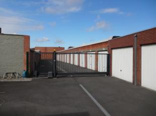Ruime garage met metalen kantelpoort, gelegen in het centrum van Roeselare. De garage is bereikbaar via de inrit in de Désiré Mergaertst