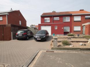 Deze woning heeft een rustige ligging op het einde van een doodlopende straat in een residentiële verkaveling. Het centrum van Rumbeke ligt op an