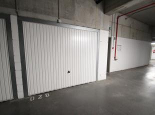 Afgesloten garagebox in het centrum van Roeselare, nabij de Ooststraat en St. Amandsplein.De ruime garage is gelegen in het afgesloten garagecomplex i