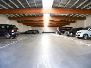 Deze uiterst goed gelegen autostaanplaats ligt in het centrum van Roeselare.Het garagecomplex is afgesloten met een automatische sectionaalpoort met a