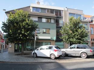 Dit appartement is gelegen op de eerste verdieping van een kleinschalige residentie met zicht op het kerkplein van Rumbeke.Het appartement bestaat uit
