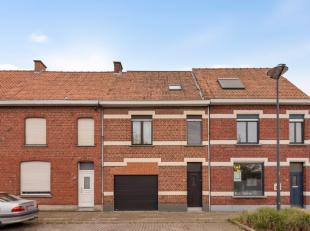 Deze centraal gelegen tussenwoning bestaat op het gelijkvloers uit een inkom, garage, zithoek, eetplaats en open keuken. De open keuken is goed uitger