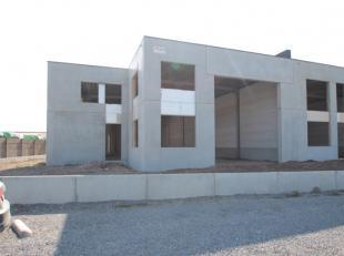 Deze loods is vergund met een woonstgedeelte in de loods en heeft een vloeroppervlakte van 291 m².Er is ook een privatieve tuin van 219m² aa