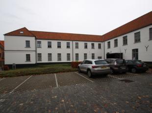 Centraal gelegen staanplaats te Brugge. Inrit naar staanplaatsen zijn toegankelijk via een automatische slagboom.Staanplaats is momenteel verhuurd.Int