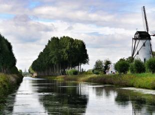DISCRETE VERKOOP <br /> <br /> Hoeve met zeer mooie ligging in een typisch open polderlandschap.<br /> Ligging tussen Damse Vaart en Leopoldsvaart, op
