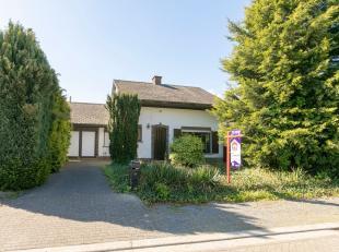 Deze rustig gelegen woning in de Kapellestraat te Meerhout is ingedeeld als volgt:- Reeds vernieuwde inkomhal met vestiaire, ruime leefruimte met open