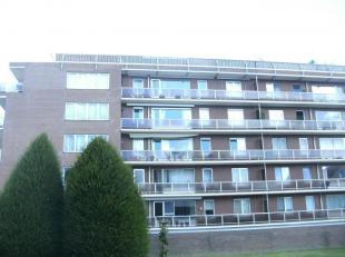 Recent gerenoveerd dakappartement met groot zuidterras, garage en gemeenschappelijke tuin. <br /> Het appartement bestaat uit:<br /> - een inkomhal,<b