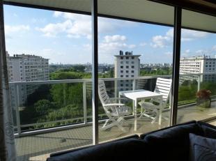 Indeling appartement : Inkomhal + living (+/- 45m²) + keuken (+/-10 m² met alle toestellen : vaatwas, oven, koelkast, diepvries, elektrische kookplaat