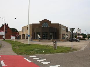 Handelpand op toplocatie! Houthalen<br /> <br /> Gelegen aan de drukste doorgangsweg in Limburg. <br /> Baan Hasselt-Eindhoven<br /> <br /> Indeling:<