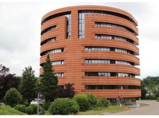 """Deze volledig ingerichte kantoorruimte is gelegen aan de Jaarbeurslaan<br /> 17/52 in Genk centrum, op de 5e verdieping van het prestigieuze """"Botta<br"""