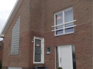 Rustig gelegen appartement met zicht op natuurgebied<br /> <br /> Vanuit de inkomhal met ruime gangkast op het gelijkvloers, leidt een trap naar de le