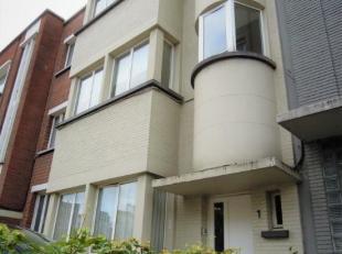 Centraal gelegen appartement - 2de verdiep - met:<br /> Inkom met klerenkast en plafond spots. Woonkamer met open keuken op parketvloer. Keuken heeft
