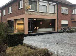 Espace commercial, anciennement exploité comme boulanger à louer. Situé au carrefour de Turnhoutsebaan et Engsbergseweg à Okselaar. Avec espace de ran