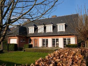 Deze riante, kwaliteitsvolle villa met mooi aangelegde tuin is centraal gelegen tussen Leuven – Brussel – Antwerpen, met een uitstekende verbinding na