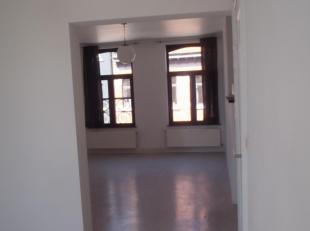 Halle – stationsbuurt – duplex appartement (2de en 3de verdieping – geen lift) – inkomhal – living met open keuken - 2 slaapkamers waarvan één met mez