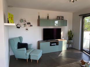 Prachtig duplex app met zonnig terras in uitstekende staat. Beschikbaar vanaf 1/9.<br /> 720€ + 20€ alg. kosten<br /> 1ste verdieping: inkom, toilet,