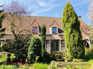Une villa sur un terrain unique entouré d'arbres et de jardins, à deux pas du centre de Louvain (25 min à pied). A l'entrée de la propriété se trouve