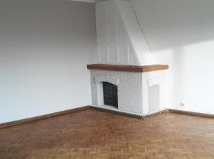 Très bel appartement lumineux,rénové, avec ascenseur,au calme de part sa construction, le châssis anti-bruit, des pièces donnant sur une cour privée e