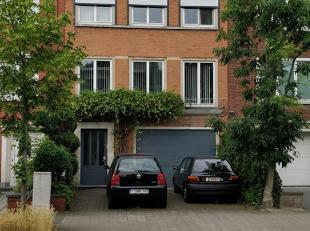 Grande Bel-etage à vendre<br /> <br /> -Rez-de-chaussée: garage, hall d'entrée, studio avec douche et toilette, beau jardin.<br /> - Premier étage: gr