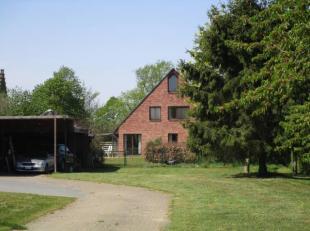 Villa met weilanden en paardenstallen, gelegen in landelijk woongebied.<br /> Kelder: 40 m²<br /> Gelijkvloers: inkomhal, toilet, kantoor, grote leefr
