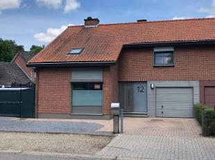 Te koop: <br /> Half open bebouwing, Prins Karelstraat 12 in Maasmechelen.<br /> <br /> Gerenoveerde woning: open keuken, woonkamer met houtkachel, ve