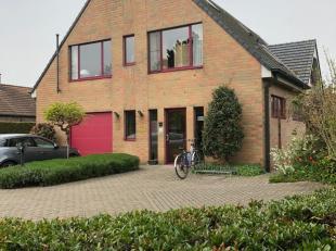 Zeer goed gelegen woning met op gelijkvloers ruime multifunctionele ruimte (momenteel kinesitherapiepraktijk) ligt kort bij het centrum van Oostakker