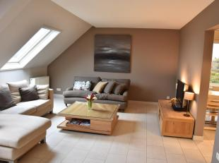 Mooi kwalitatief duplex appartement. Centraal gelegen aan het kerkplein in Gellik-Lanaken bestaande uit Niveau 2: inkomhal met inbouwkast, gastentoile