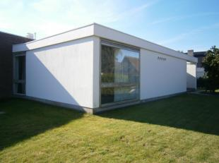 Deze alleenstaande gelijkvloerse bungalow geniet van heel wat troeven, nabij groen in een rustige residentiële buurt te Kortrijk. Een uiterst gunstige