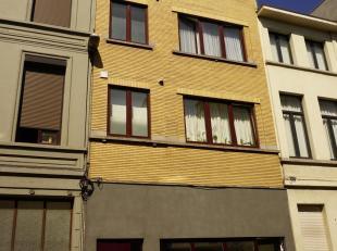 Het vernieuwde appartementje maakt deel uit van een gebouw met 3 verdiepingen + gelijkvloers. De zeer rustig gelegen duplex ligt achteraan op de eerst