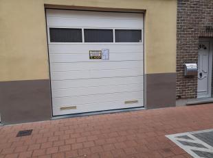 Het betreft een grote hoge garage d.5,35m xb.4,30m xh.3,35m(netto opening poort b.275 xh.2,80),met achteraan een opslagruimte van 60m², volledig bevlo