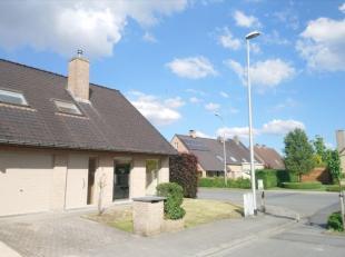 De woning is gelegen in een rustige residentiële wijk.<br /> De indeling : inkomhall met toilet, ruime lichtrijke leefruimte met natuursteen sierschou