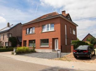 Halfopen bebouwing met achtertuin met terras en plaats voor drie auto's, gelegen in een rustige buurt vlakbij centrum Leuven. Ligging vlakbij oprit E3